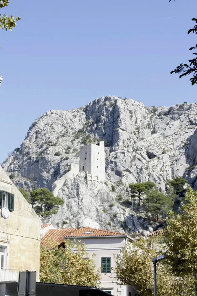 De Peovica toren in de bergen met blauwe lucht