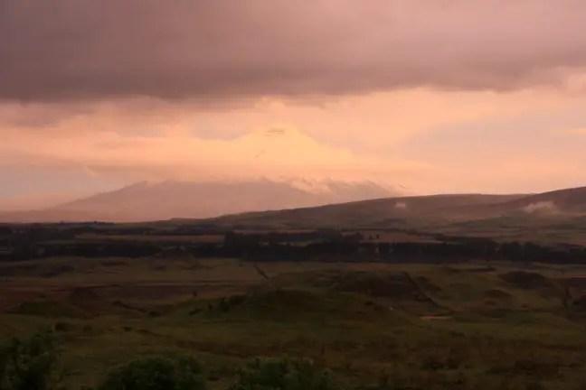 De zon gaat onder bij Cotopaxi.