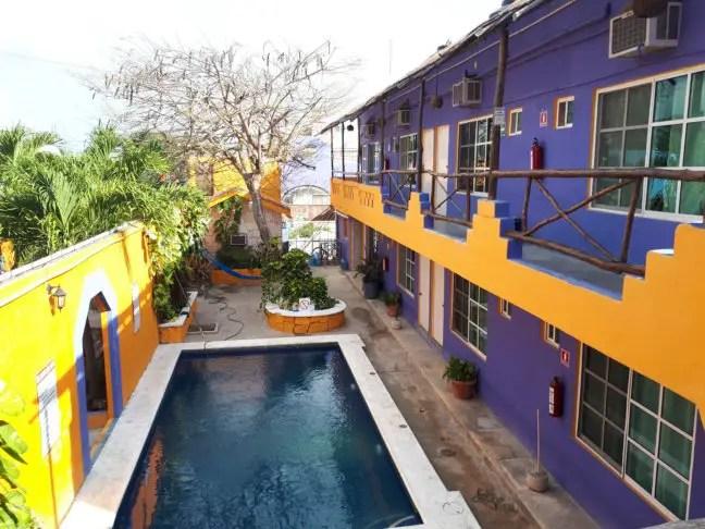 Zwembad van Weary Traveller Hostel, een echt party hostel.