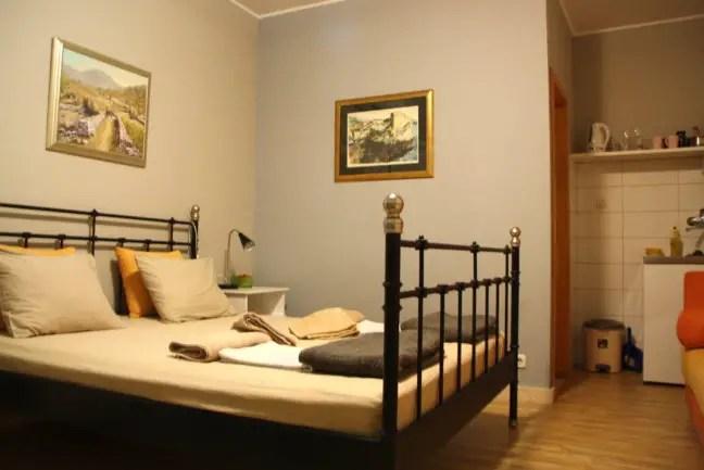 Comfortabel appartement met badkamer, keukentje en terras.
