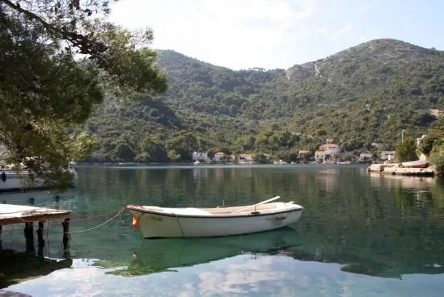 Een vissersbootje in de baai.