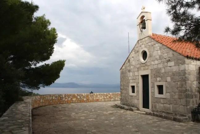 De kerk op de berg van Okuklje.