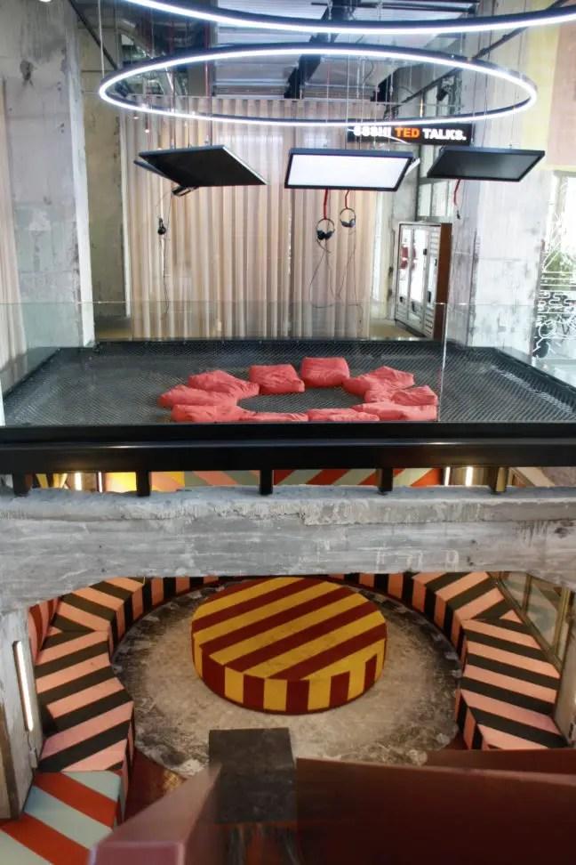Trampoline en glijbaan in The Student Hotel, Maastricht.