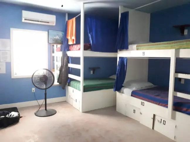 Een dorm, slaapzaal in het Sandbar's Hostel