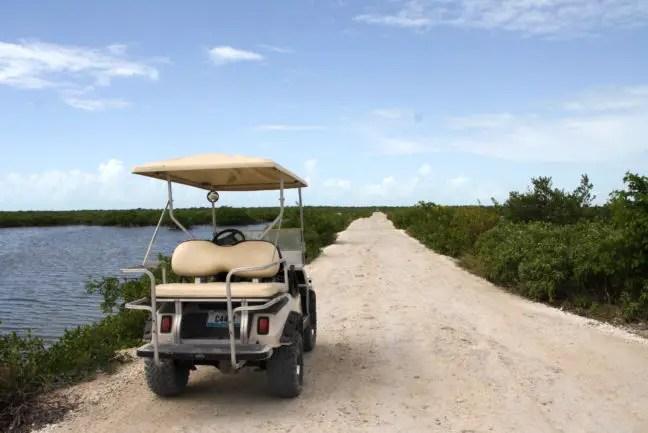 Met de golfkar naar Secret Beach.