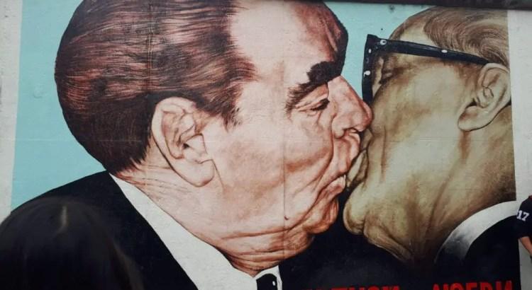 De kus tussen Sovjetleider Leonid Brezjnev en DDR-leider Erich Honecke