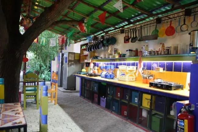 De kleurrijke, goed uitgeruste keuken van het hostel.