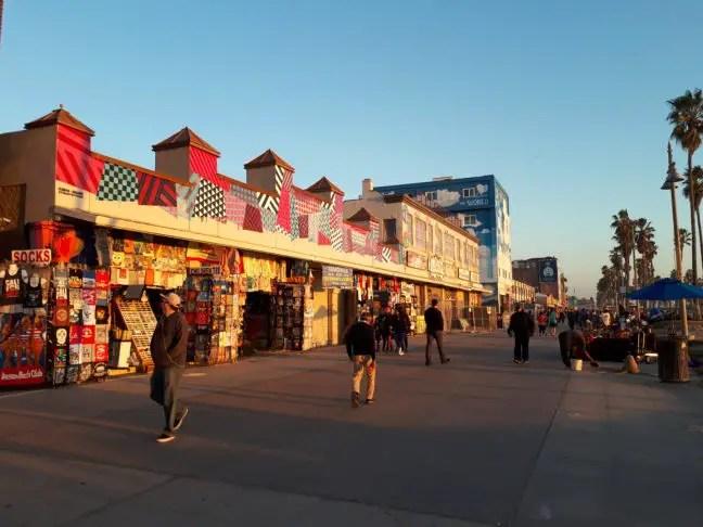 De schemering valt over de Venice Boardwalk.