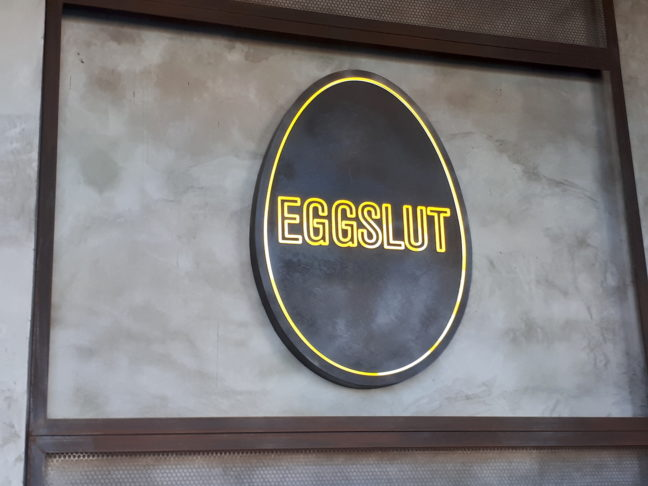 Eggslut logo in de zaak in Venice.