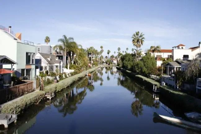 Langs de Venice Canals staan mooie huizen.