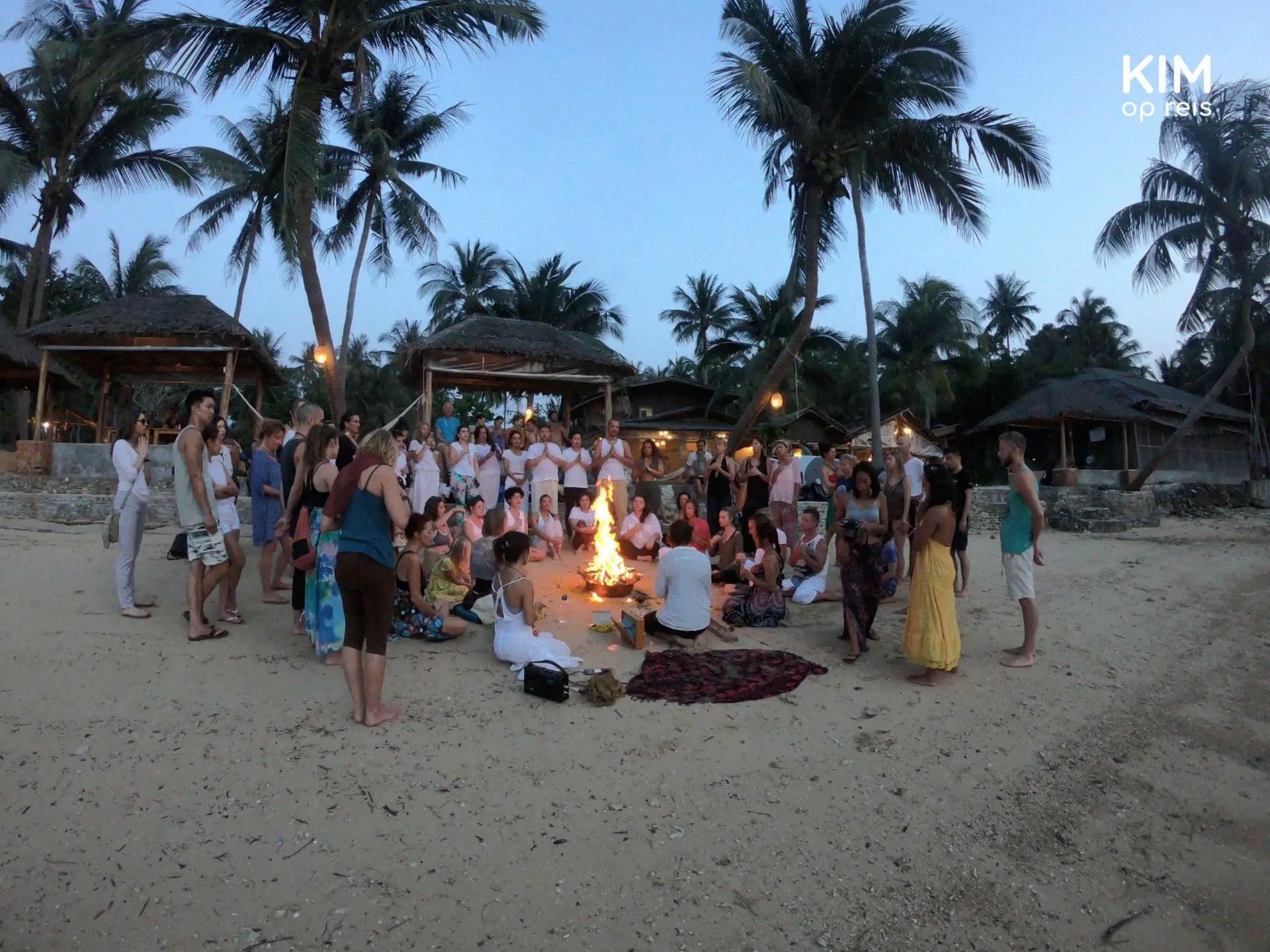 Fire Puja op het strand in Koh Phangan
