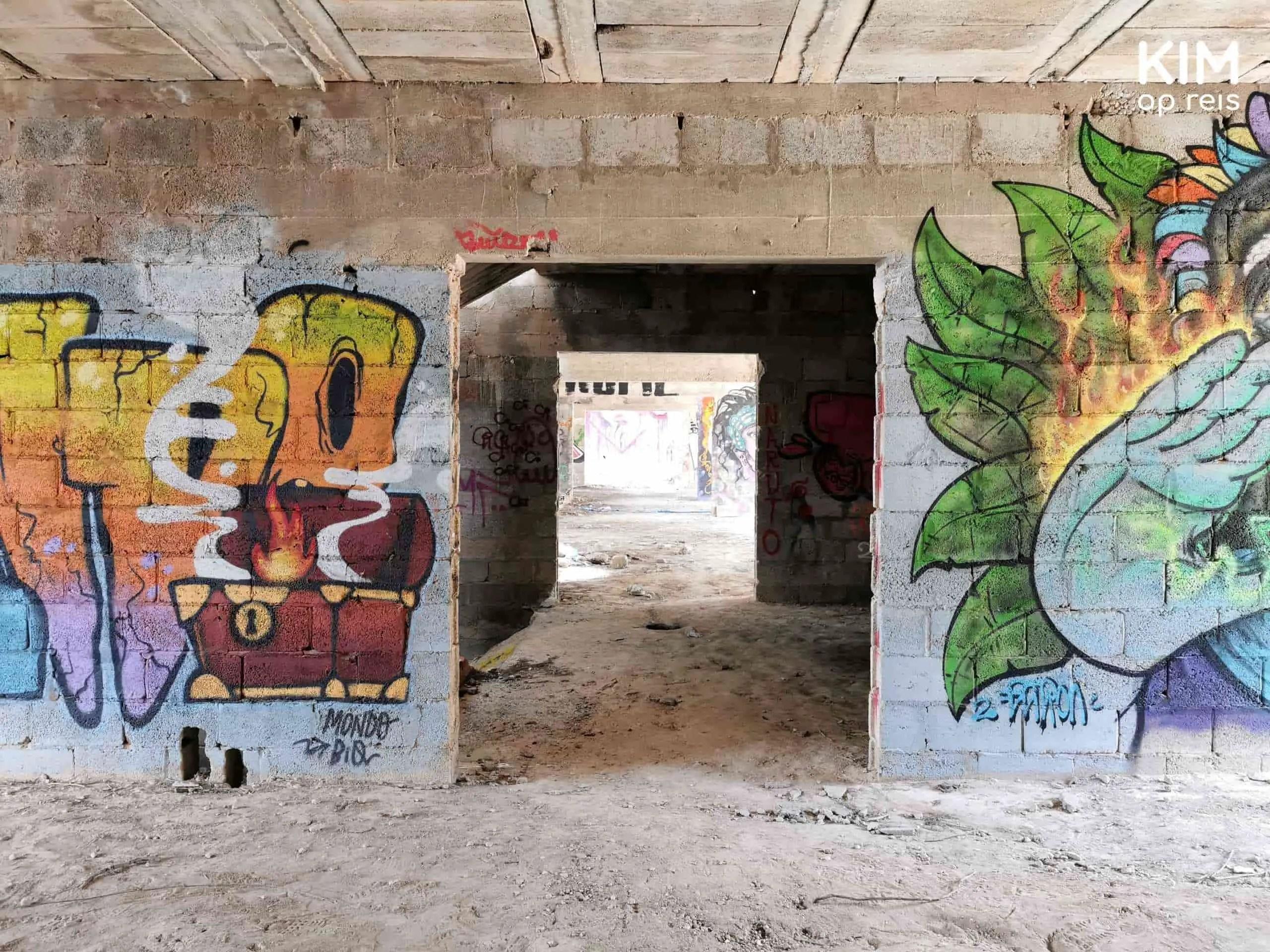 Cala d'en Serra hotel ruïne: leeg gangpad met aan beide kanten graffiti