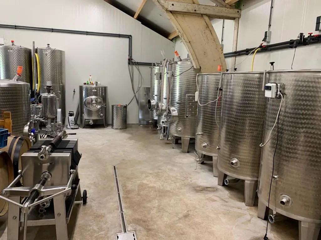 Wijnmakerij Kroon van Texel: RVS vaten in de wijnmakerij