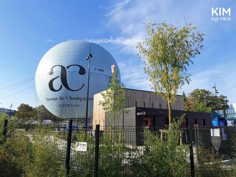 luchtballon Epernay: enorme witte luchtballon met AC Avenue Champagne erop, rust op de grond
