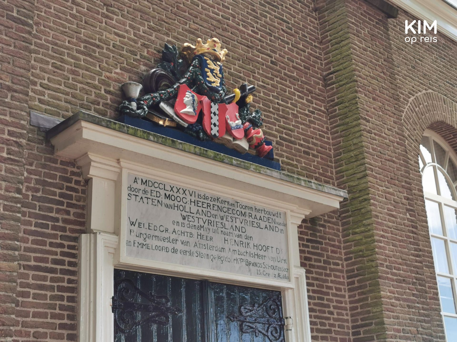 Amsterdam coat of arms on the Kerkje aan Zee - Door with a marble slab with print in Latin and above it the coat of arms of Amsterdam