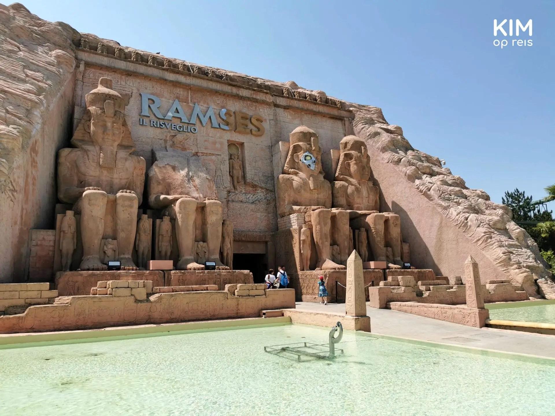 Attractie Ramses Gardaland - entree als een egyptische pyramide met farao's