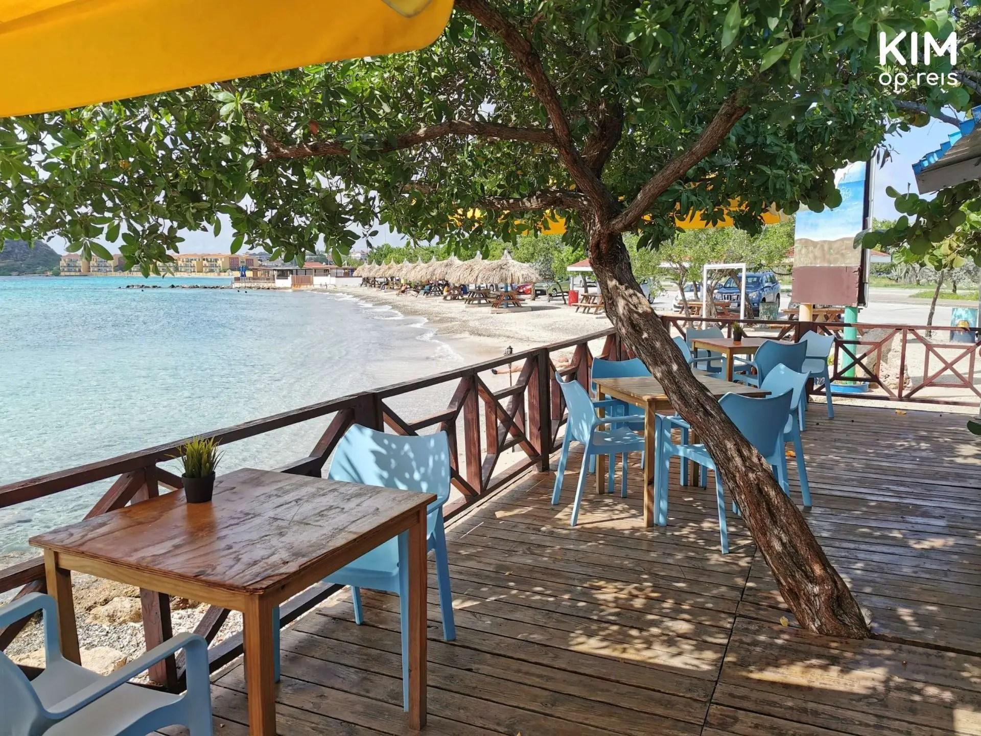 Brisa do Mar Caracasbaai Curaçao: terras aan het water met op de achtergrond het strand