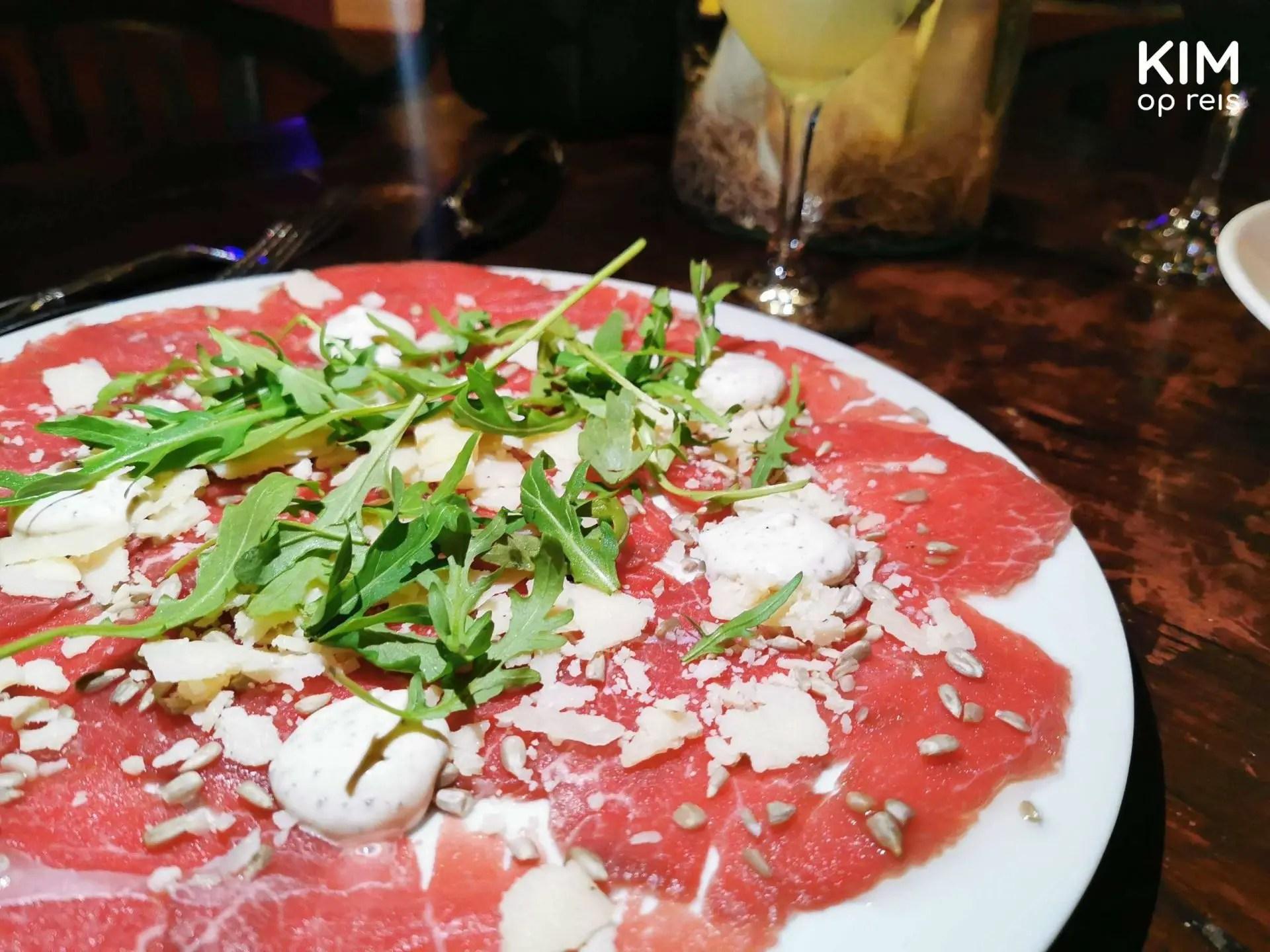 Carpaccio de Gouverneur Curaçao: plate with carpaccio with cheese and salad