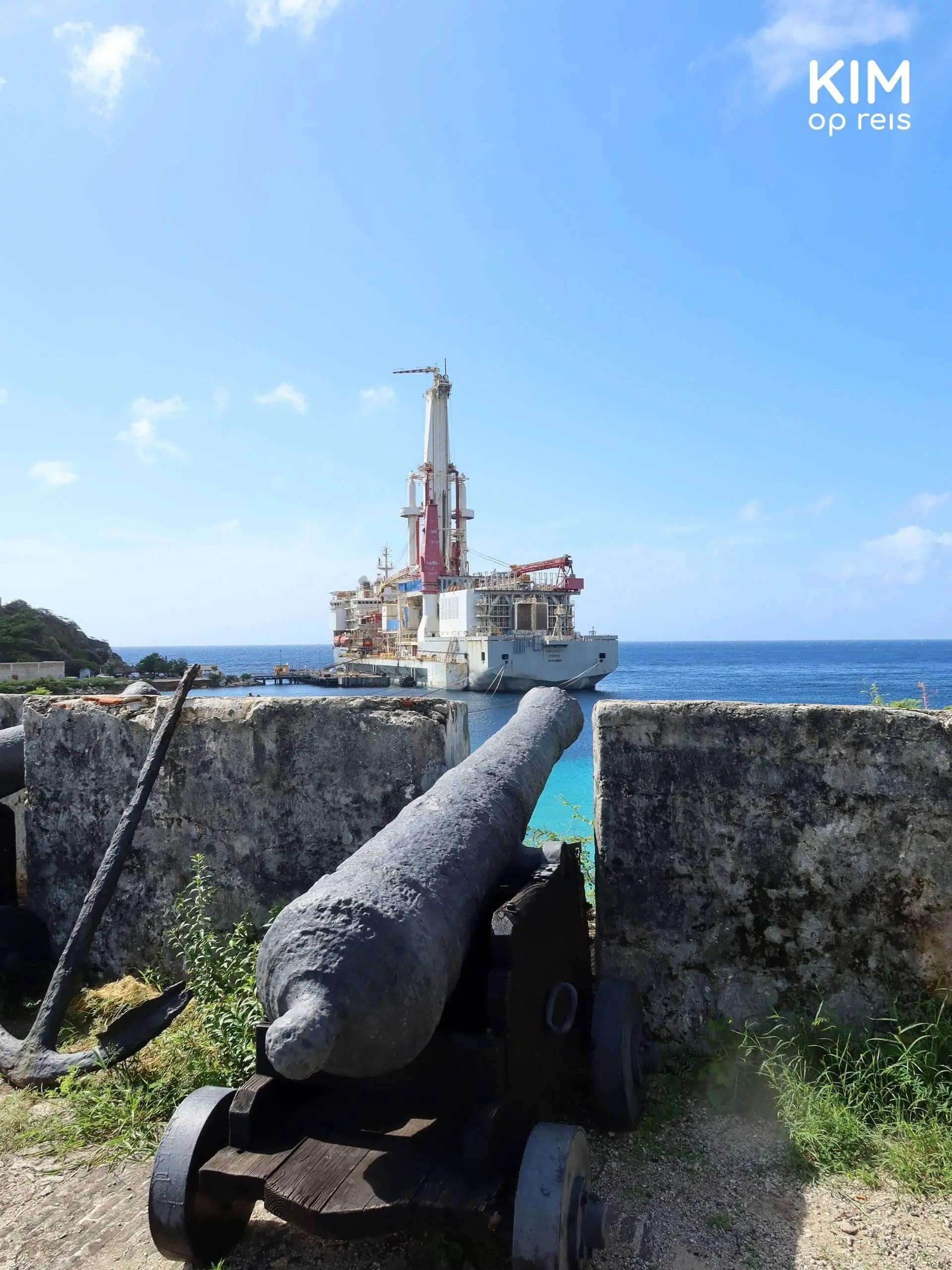 Fort Beekenburg Curaçao: kanon op het fort met op de achtergrond een enorm schip