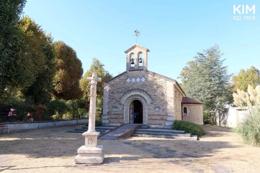 Foujita Chapelle: kleine kapel met een tuin eromheen