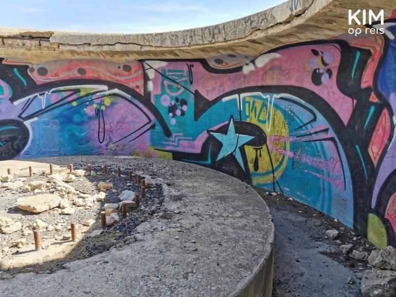 Graffiti in bunkers Es Bol Nou: colorful graffiti in the bunkers