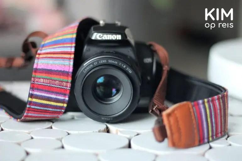 Canon 1000D met een kekke camerariem