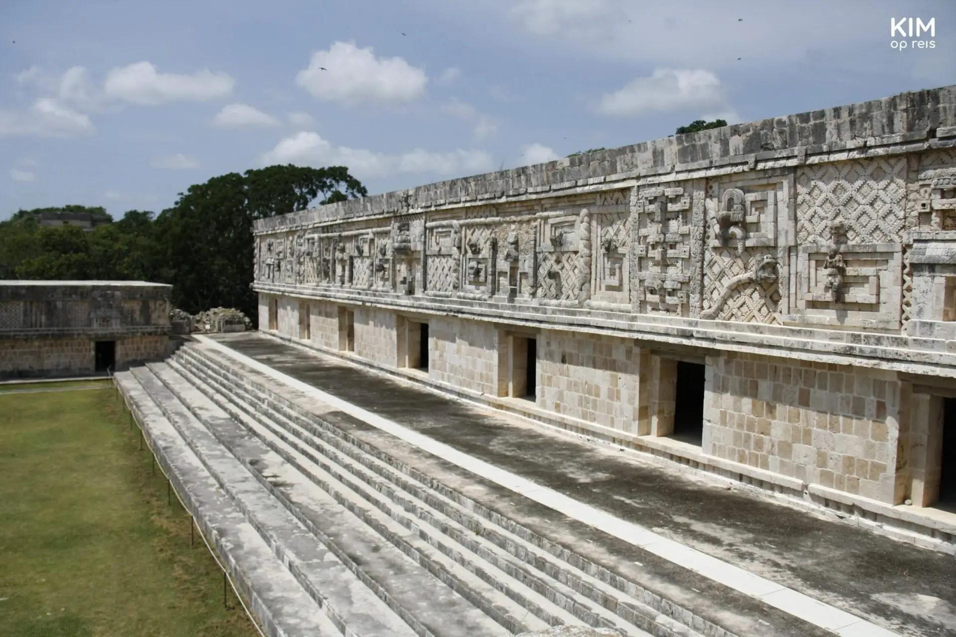 Maya ruines Uxmal: muur met veel details in het beeldhouwerk
