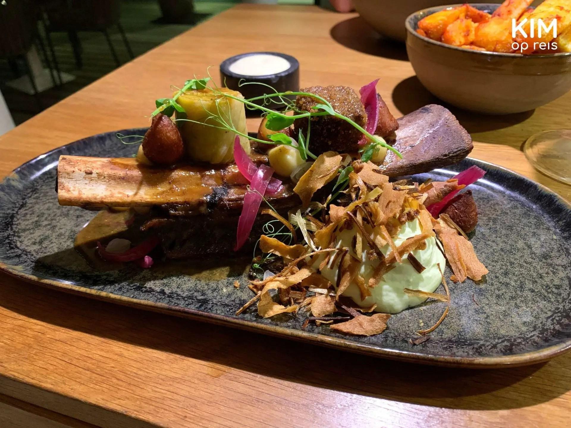 Nultwintig restaurant Curaçao: chique opgemaakt bord