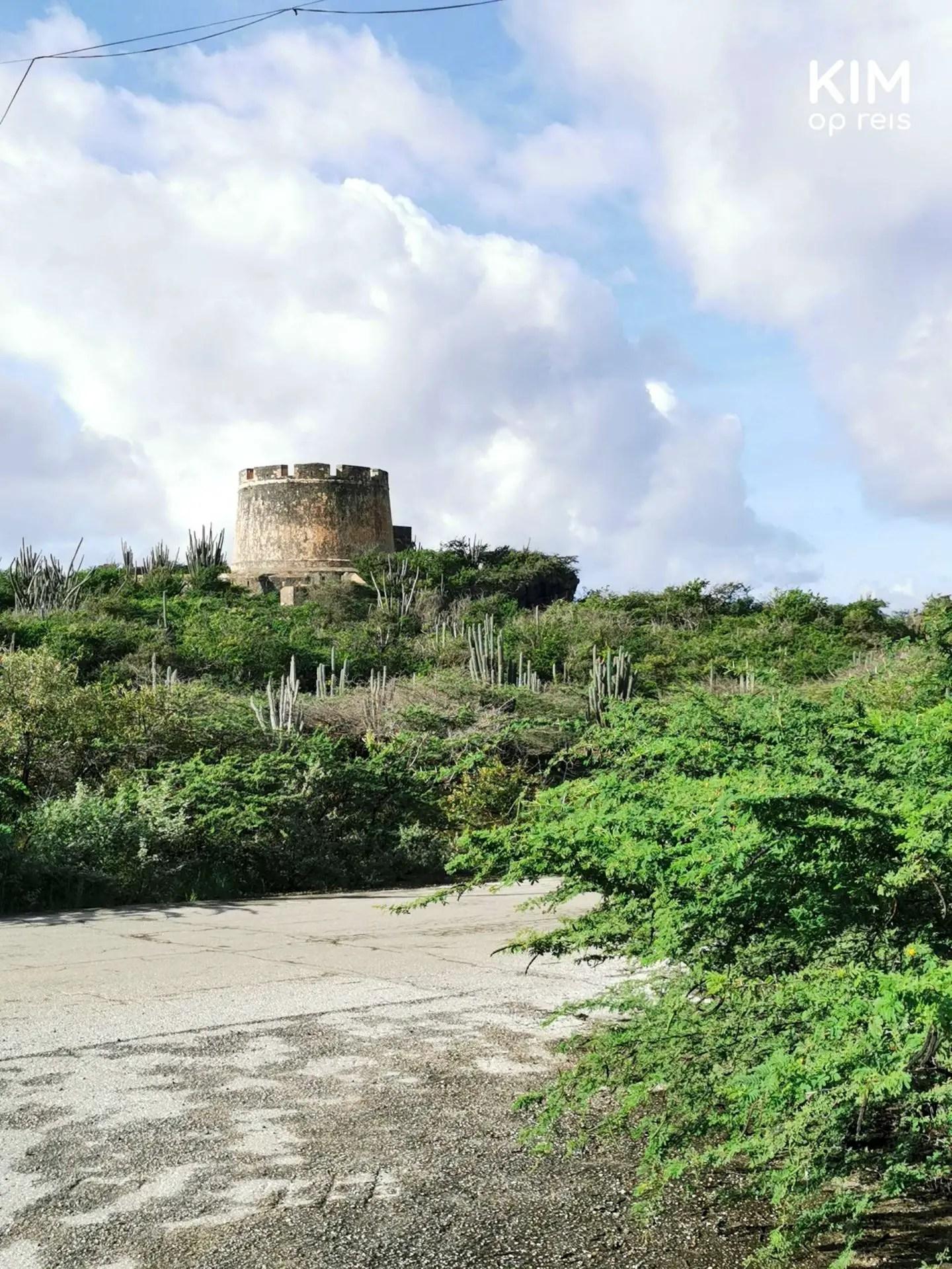 Oosten Curaçao Caracasbaai schiereiland: Fort Beekenburg vanaf de weg gezien