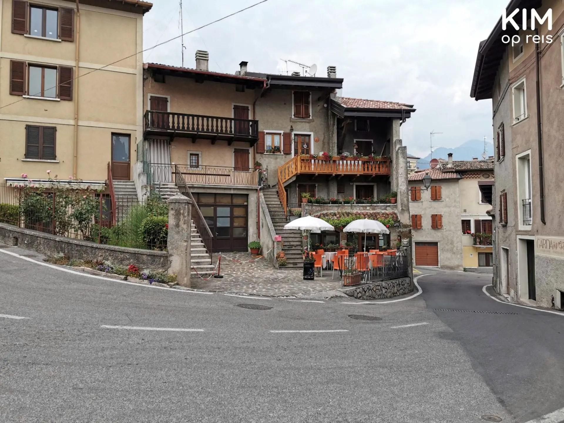 Pieve in Tremosine - bocht met daaraan een huis met een terras