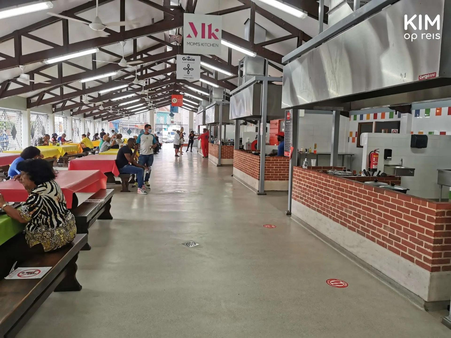 Plasa Bieu markthal restaurants Curaçao: ruim opgezette markthal met links tafeltjes en rechts de keukens