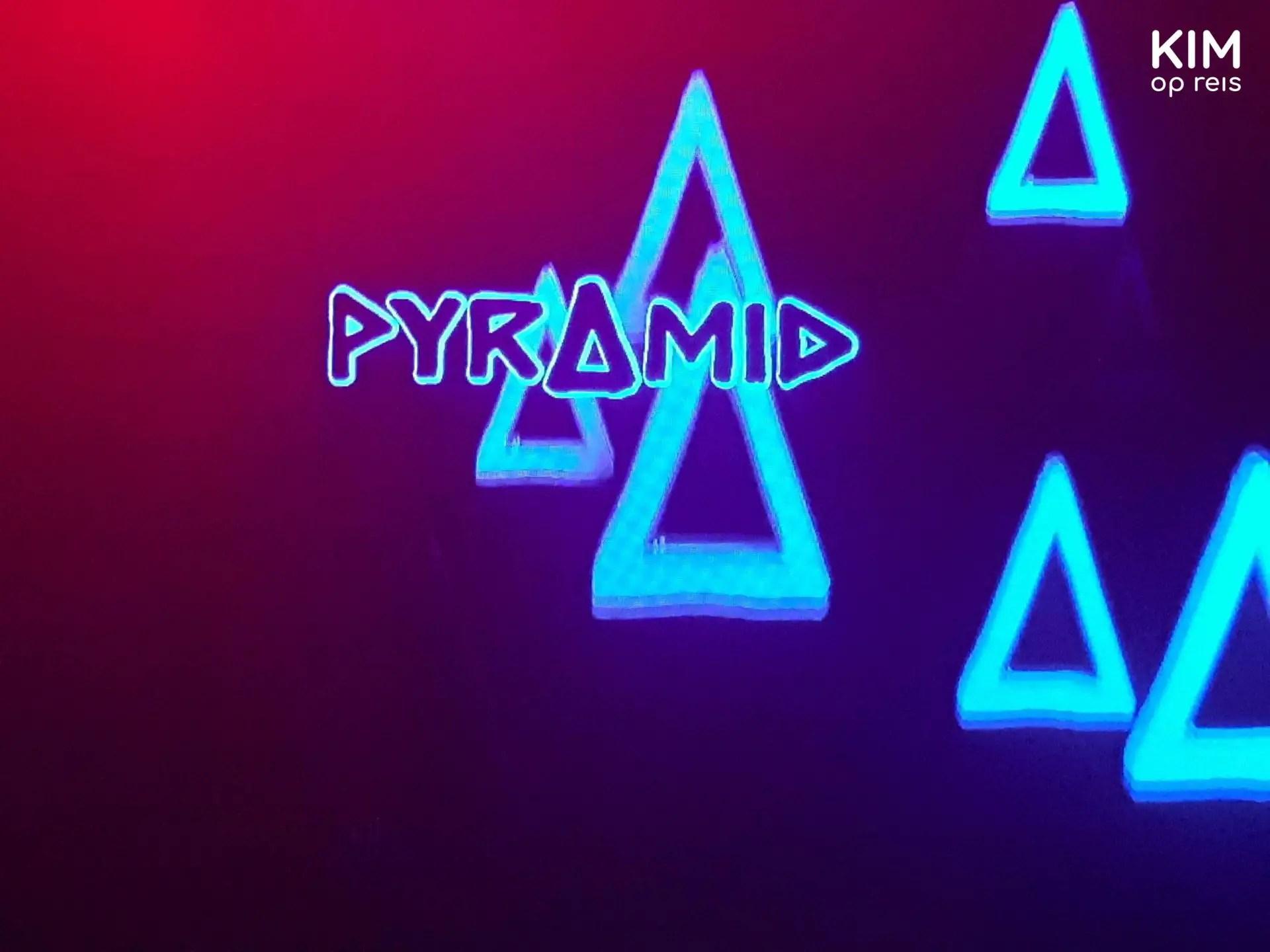 Pyramid in Amnesia - logo pyramid geprojecteerd op de muur