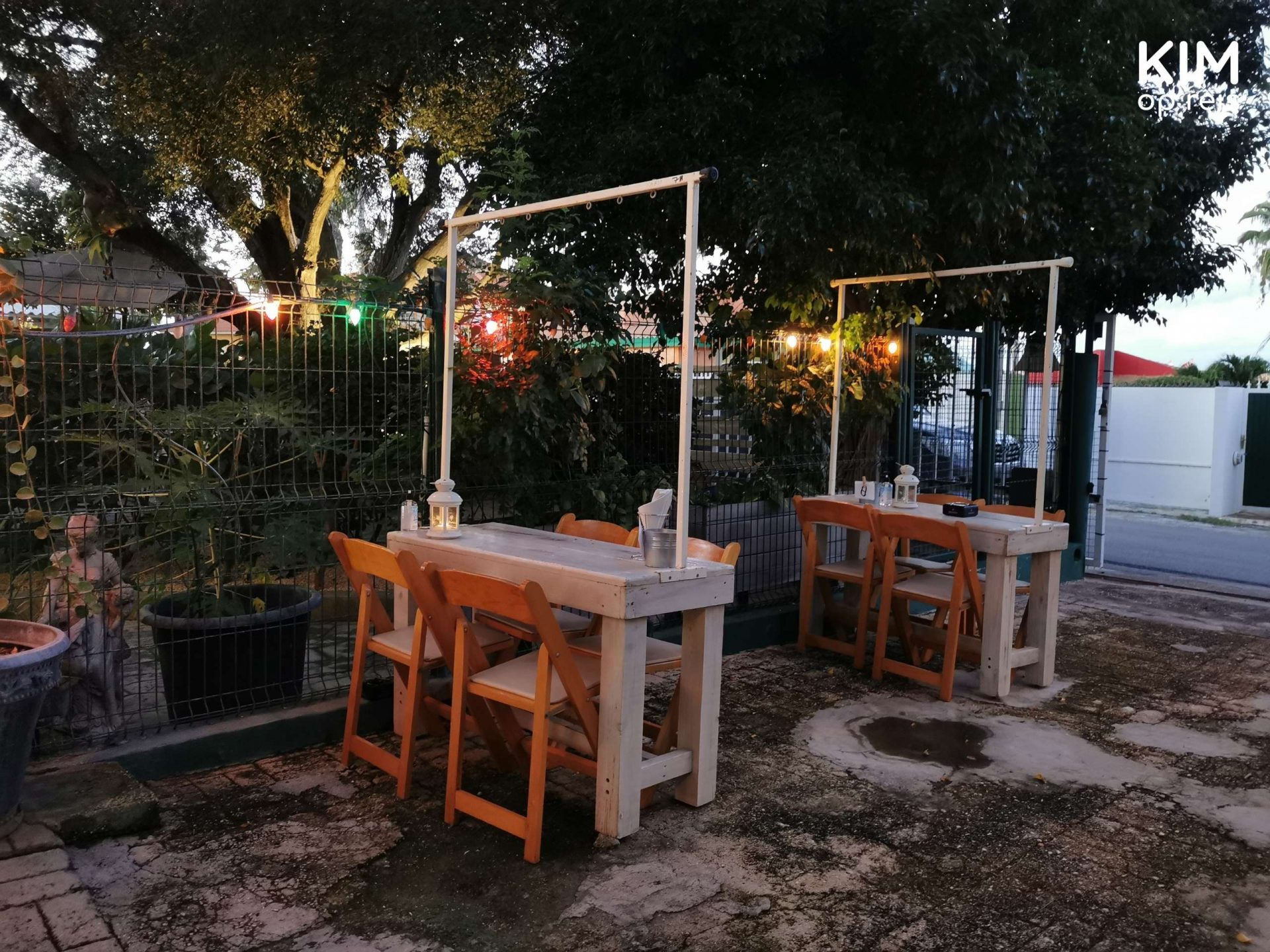 Restaurant Equus Curaçao: two tables with an iron bar above to hang the skewers