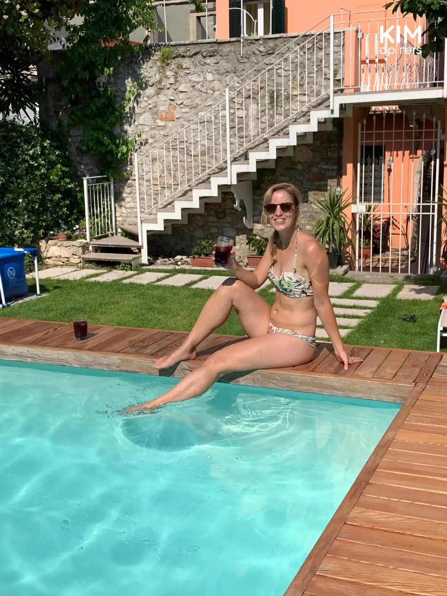 Sangria aan het zwembad - Kim met de voetjes in het water van het zwembad met een glaasje sangria