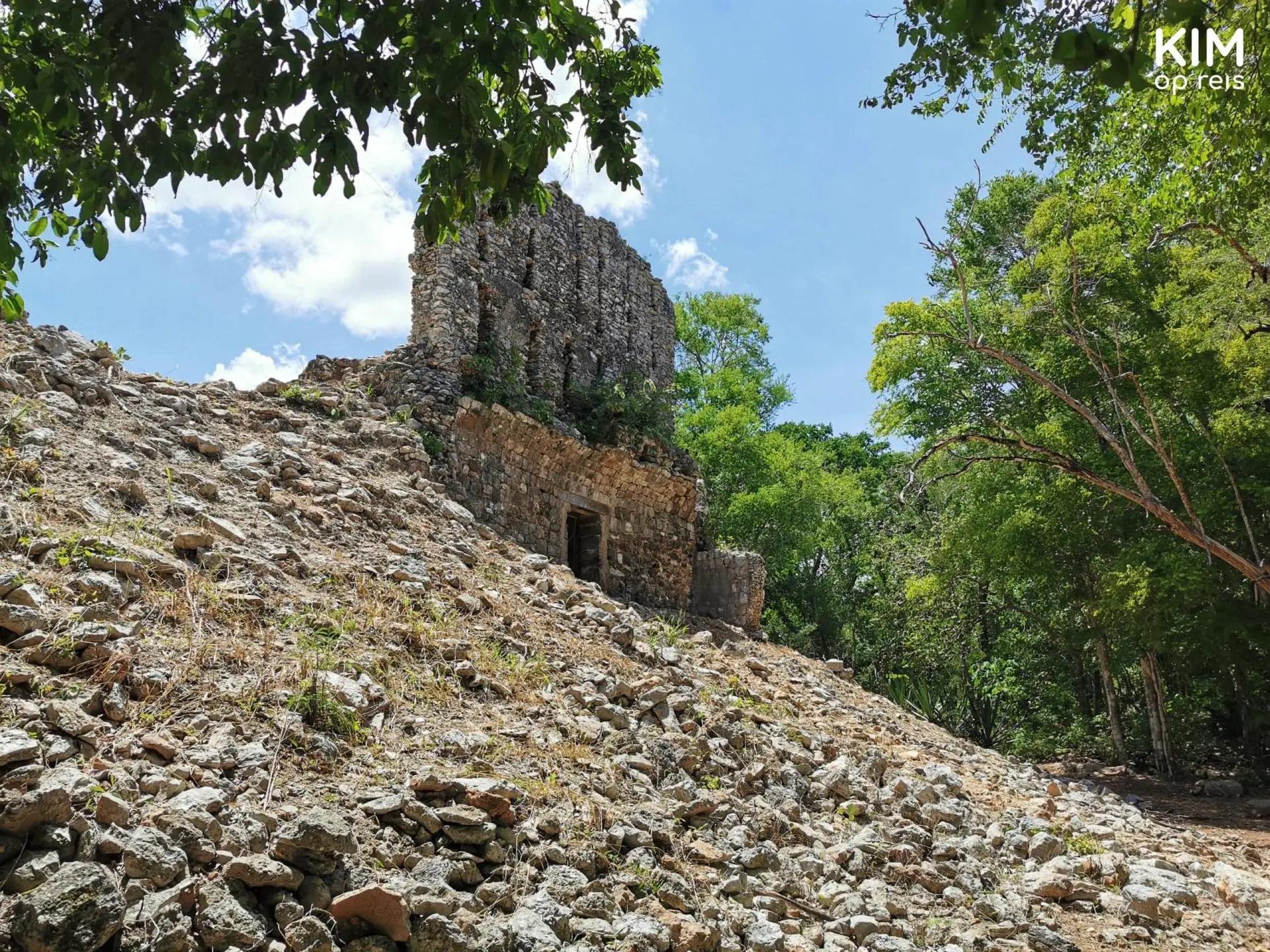 Sayil Ruta Puuc: stuk muur op een heuvel temidden van veel losse stenen