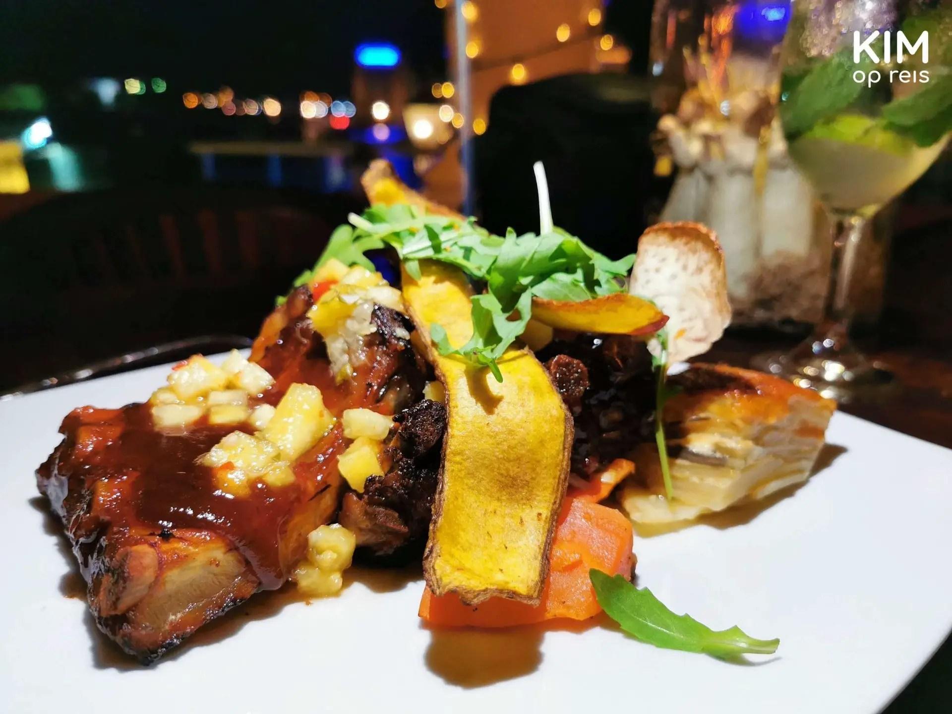 Spare ribs de Gouverneur Curaçao: beautifully prepared spare ribs on a plate