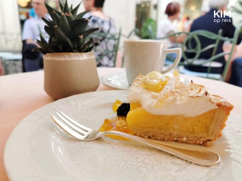 Taartje bij Pasticceria Vassalli Salò - citroen merengue taartje op een wit bord op een tafeltje met een vetplantje
