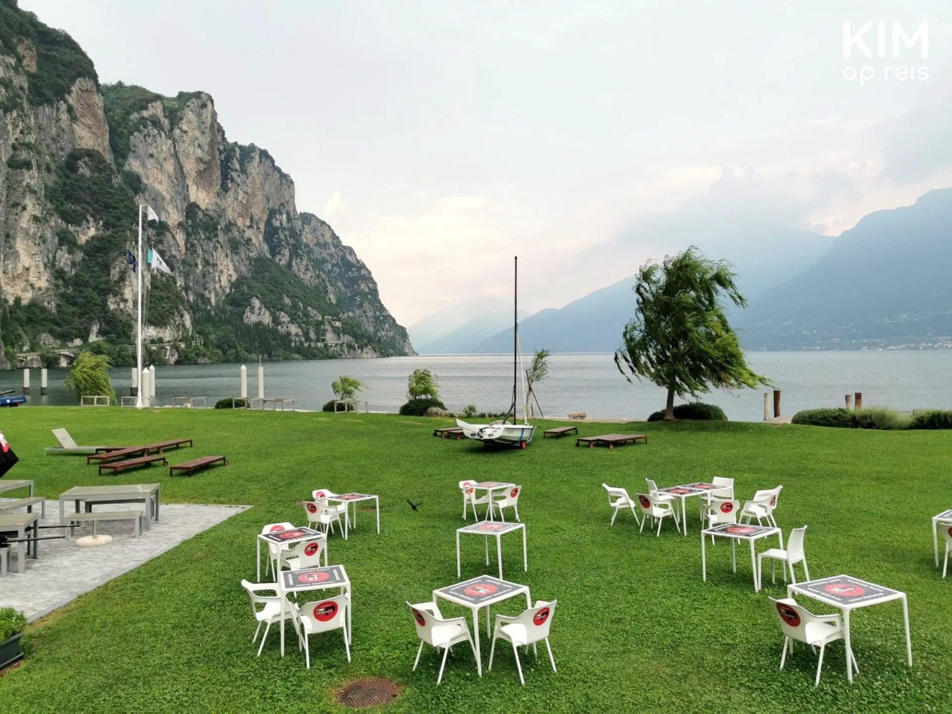 Terras in Camione - groen grasveld aan het mer met plastic stoelen en tafels