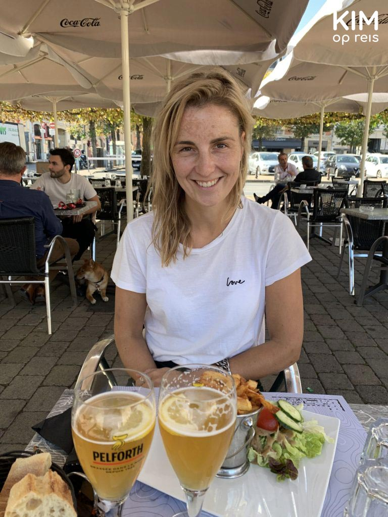 Terrasje Reims: Kim aan het lunchen met een biertje en een steak tartare