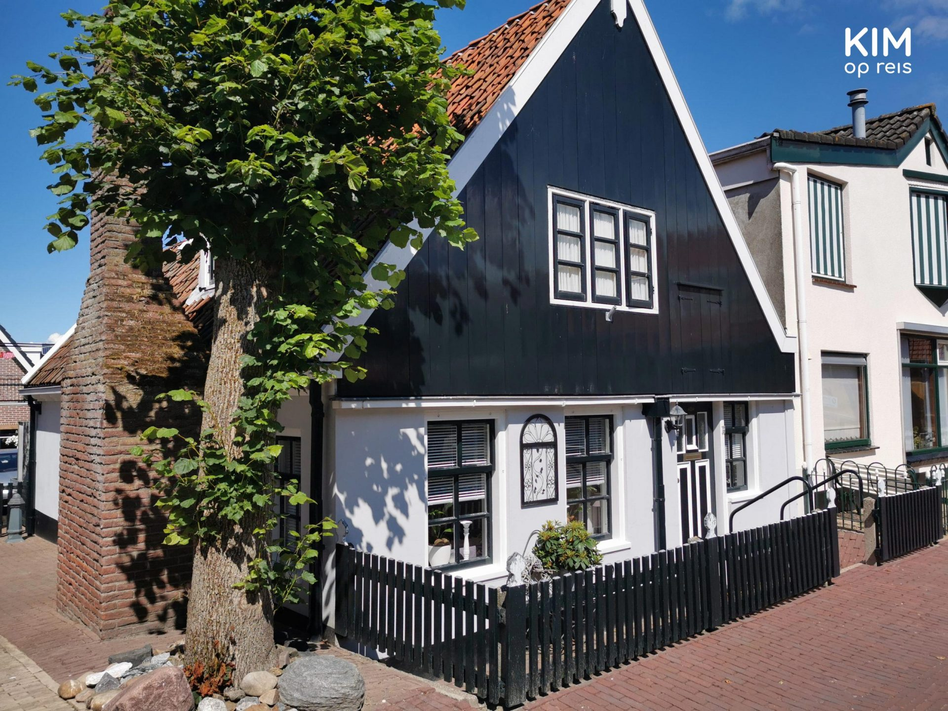 Urk house - House with a gabled roof, painted white underneath and dark above