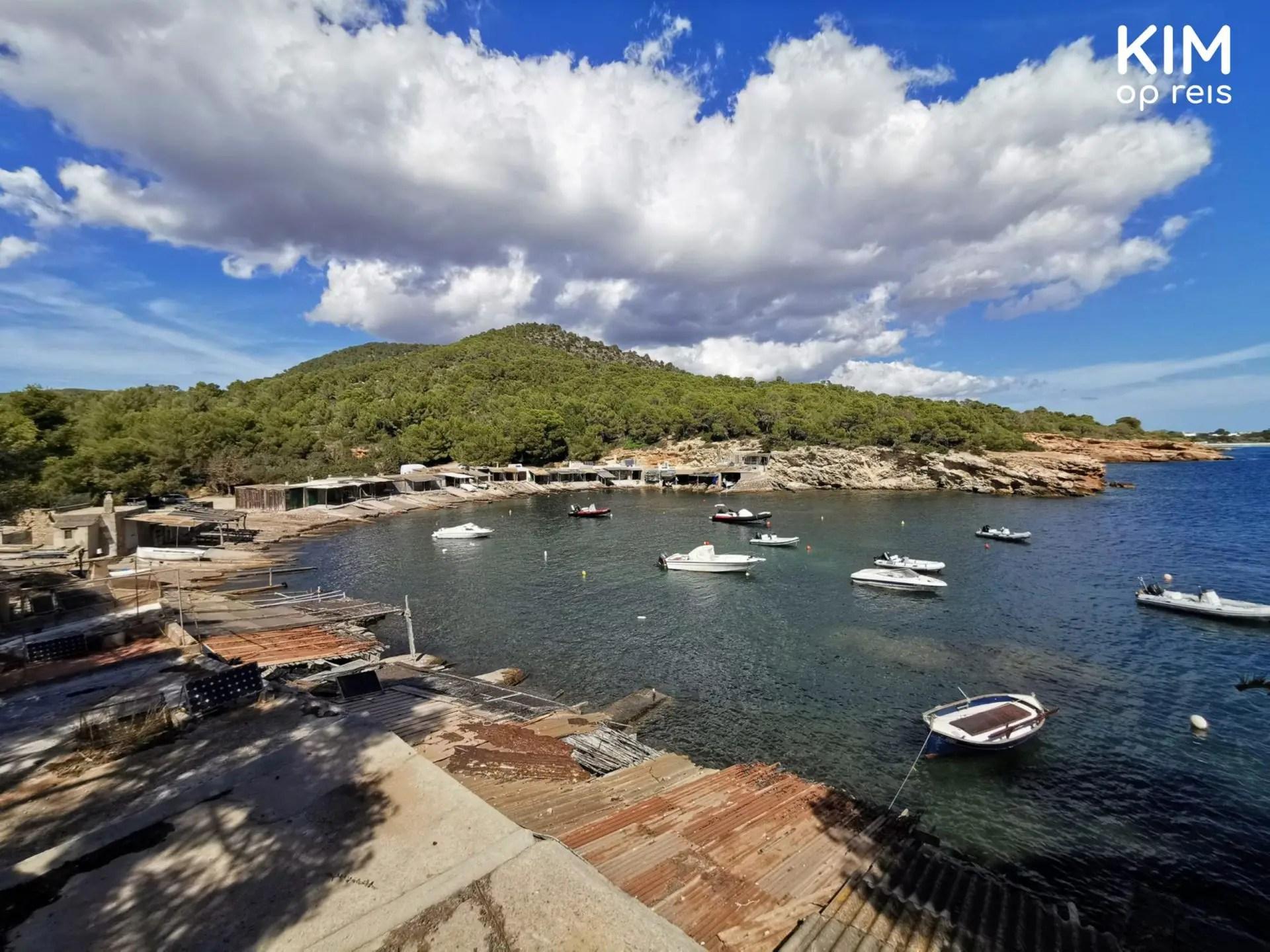 Vissershuisjes Sa Caleta: Allemaal huisjes van de vissers met hun bootjes