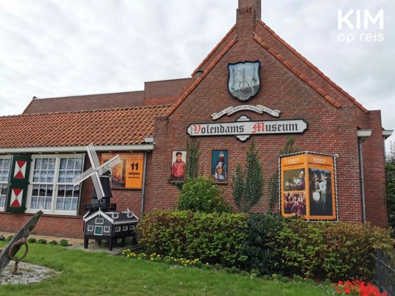 Volendams Museum - museumgebouw met de naam op de gevel en enkele traditionele objecten zoals een molen en schilderijen