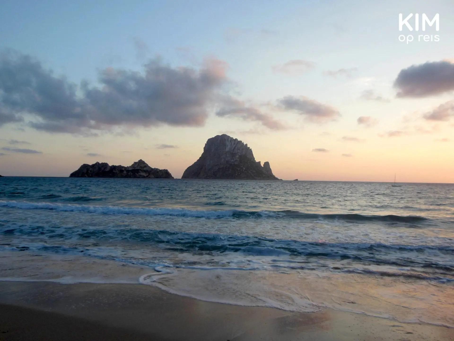 Zonsondergang Cala d'Hort Es Vedra - zachte roze en blauwe kleuren bij de zonsondergang
