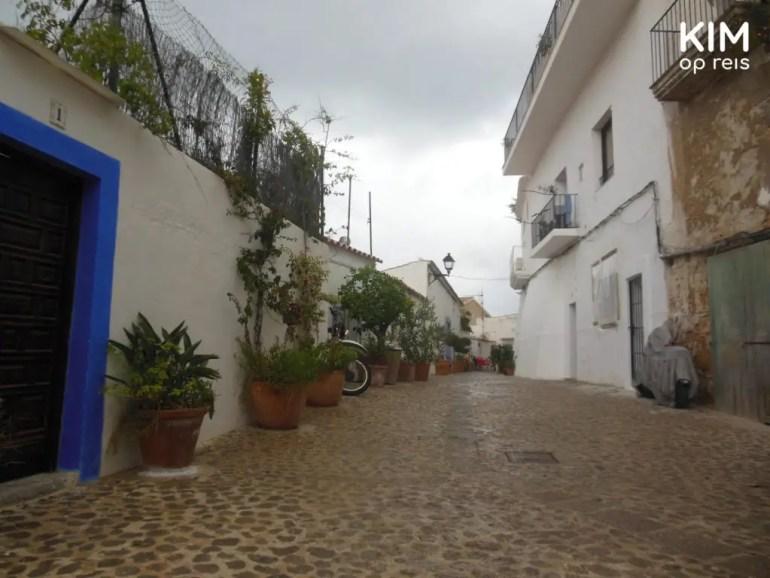 Natte straten in Ibiza stad. Regen sucks.