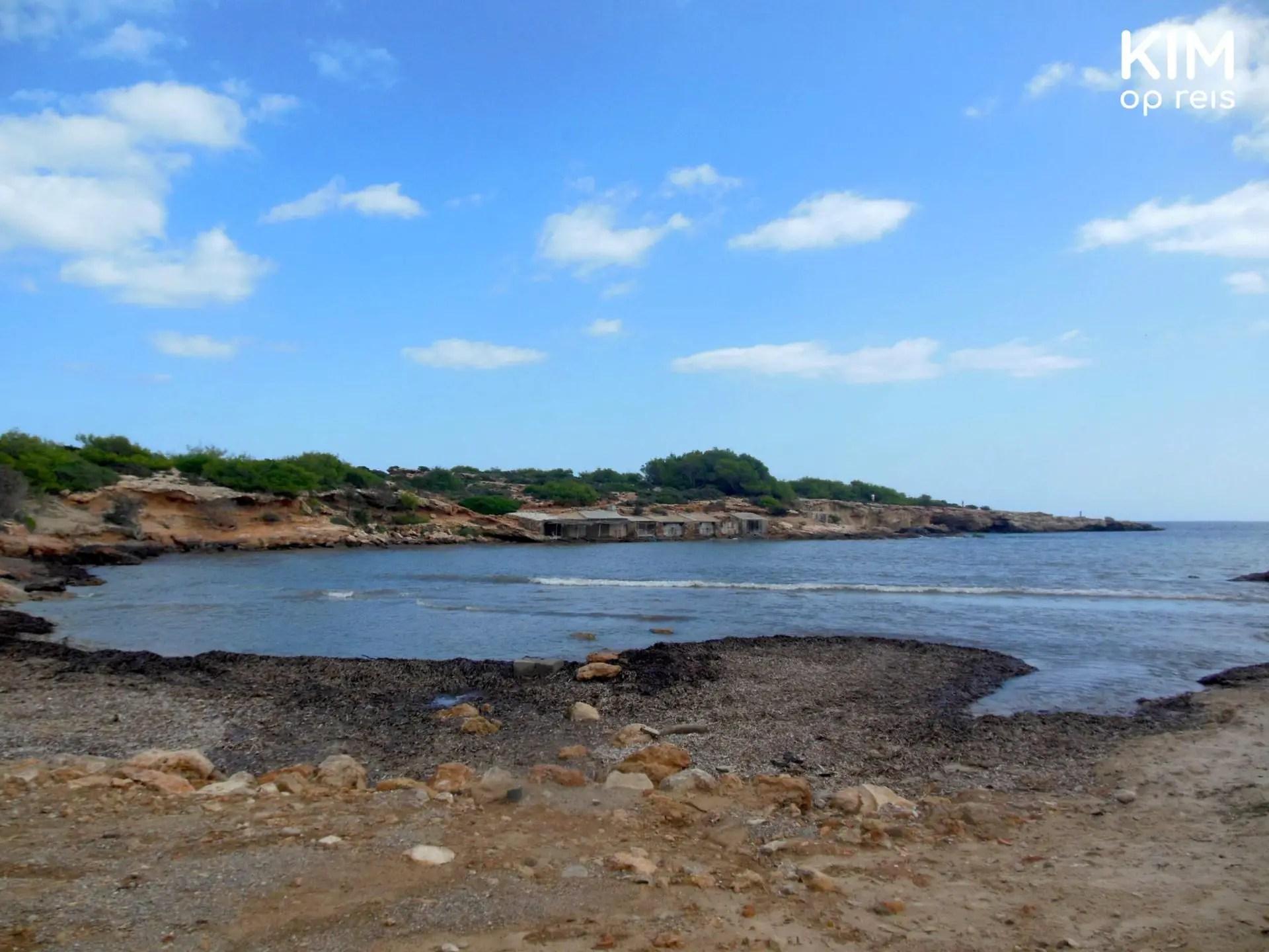 S'Estayol strand op Ibiza - strand met stenen