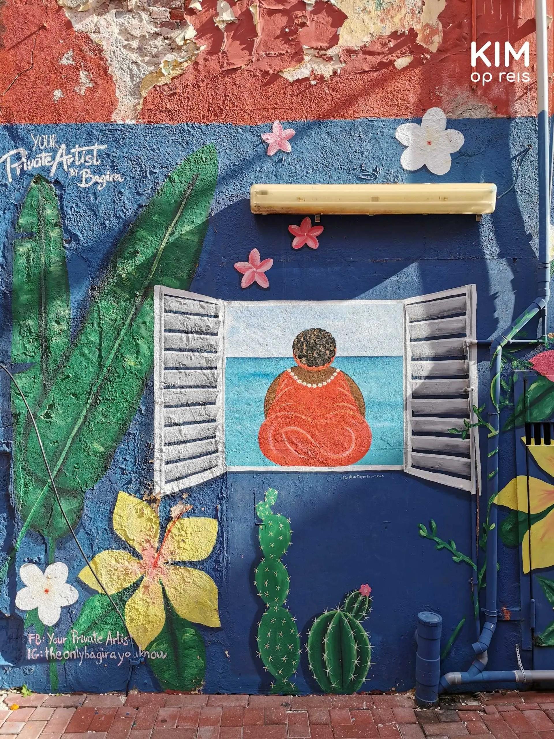Art Alley muurschildering: schildering van een raam met luikjes waar een dame inzit, omgeven door planten en bloemen op een blauwe achtergrond