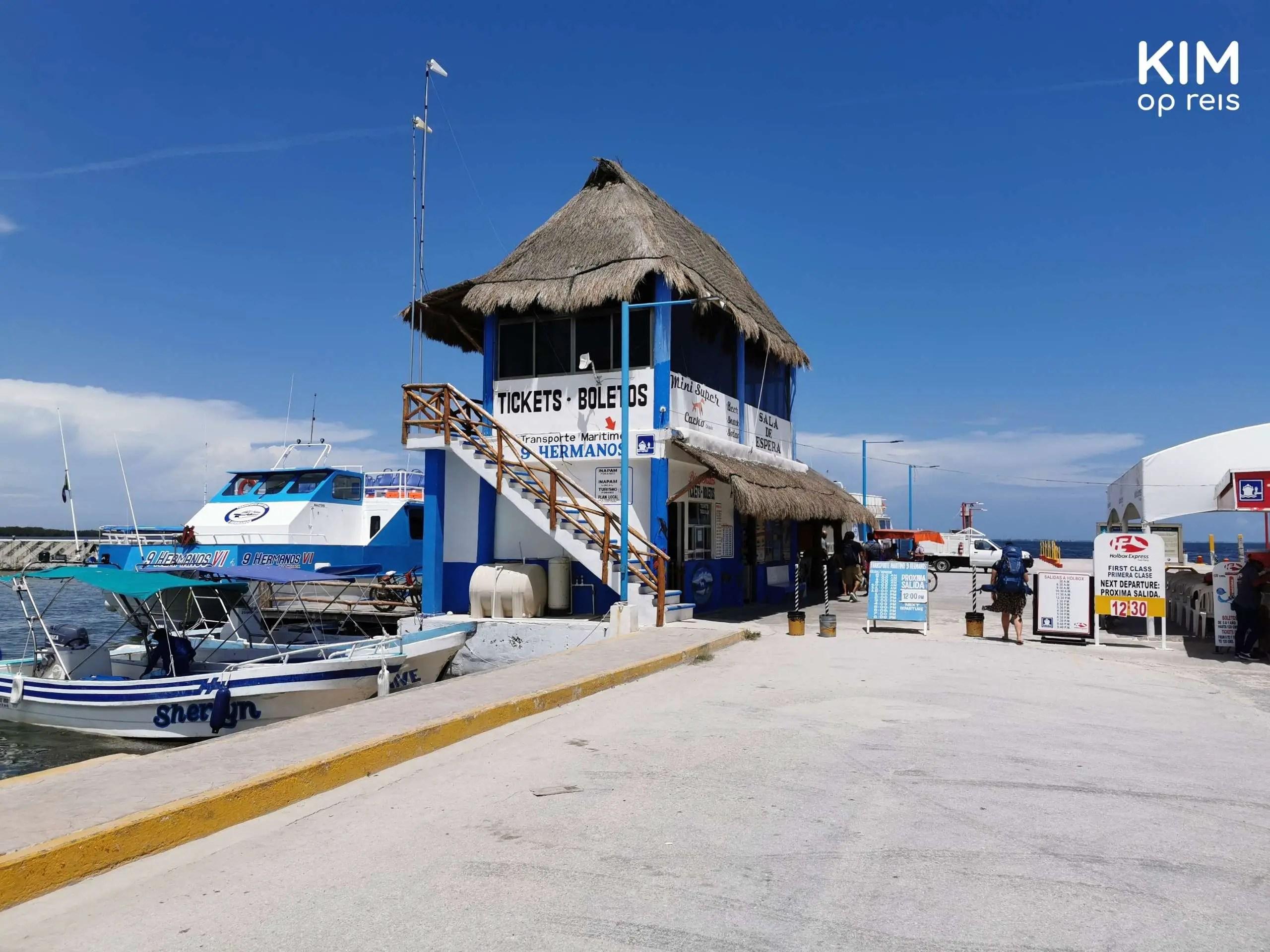 Chiquila haven: kleine haven met 1 aangemeerde boot