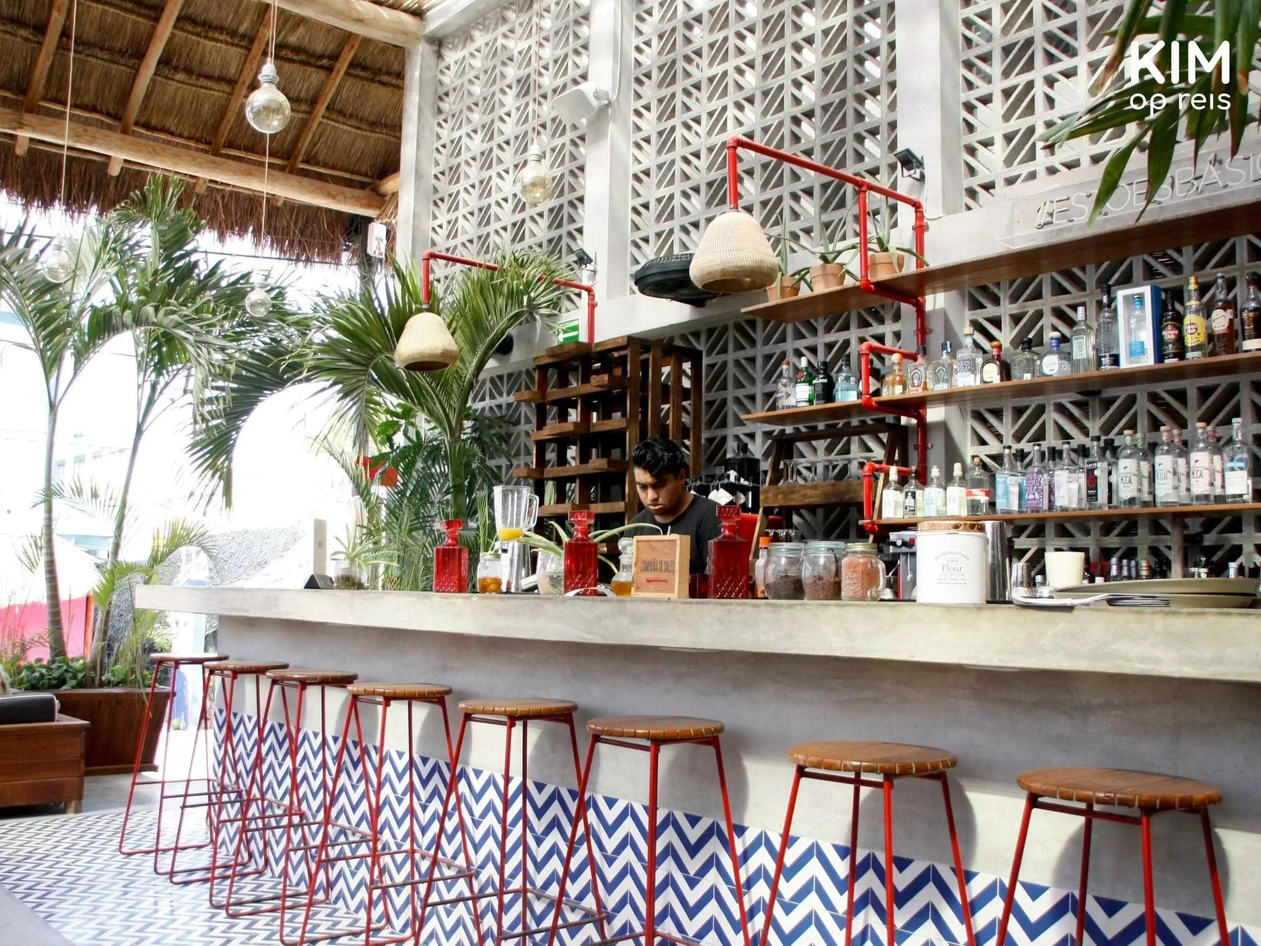 Isla Holbox Basico bar: bar met krukken van restaurant Basico