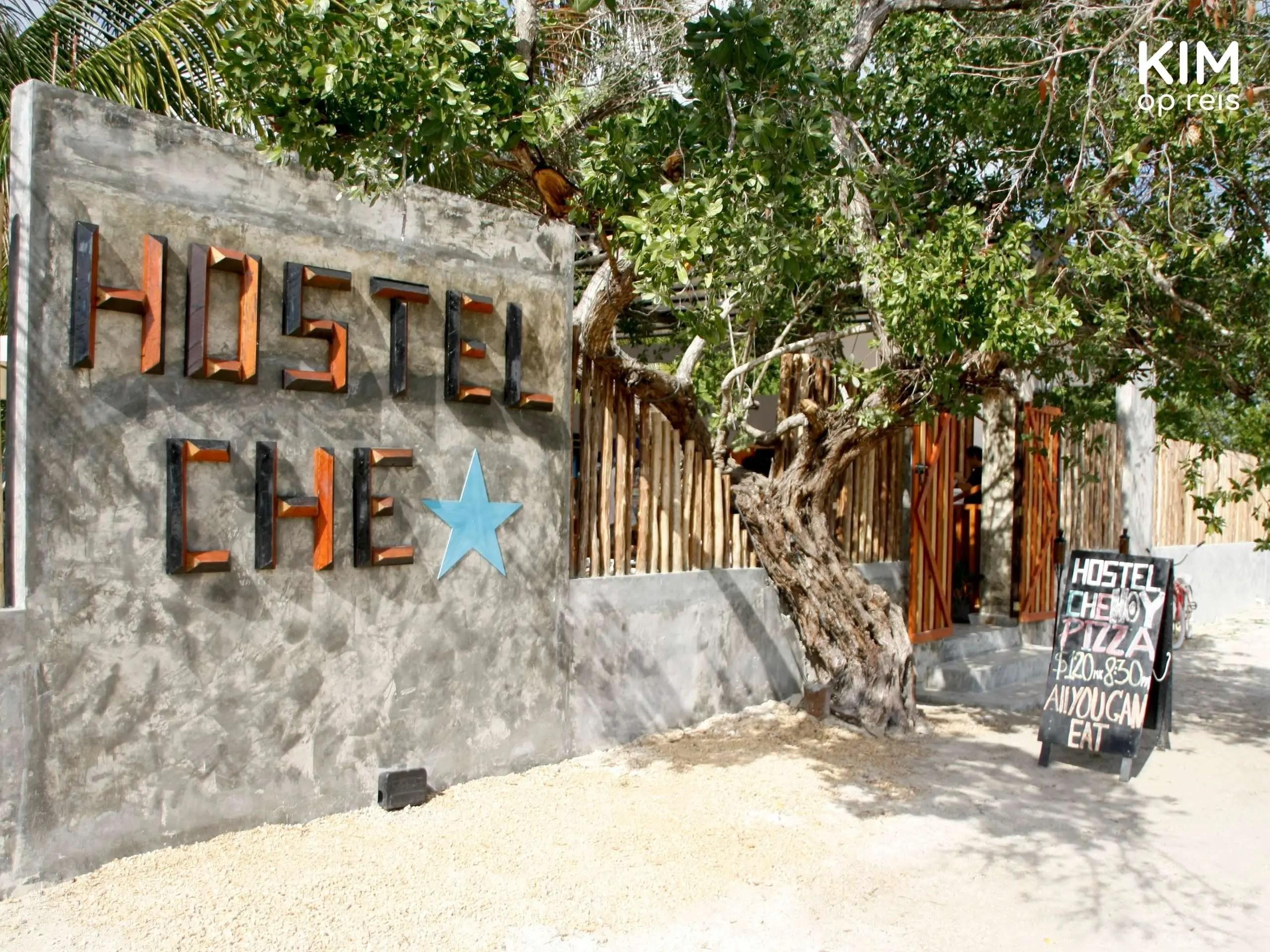 Isla Holbox Che Hostel voorkant: entree van hostel met groot naambord