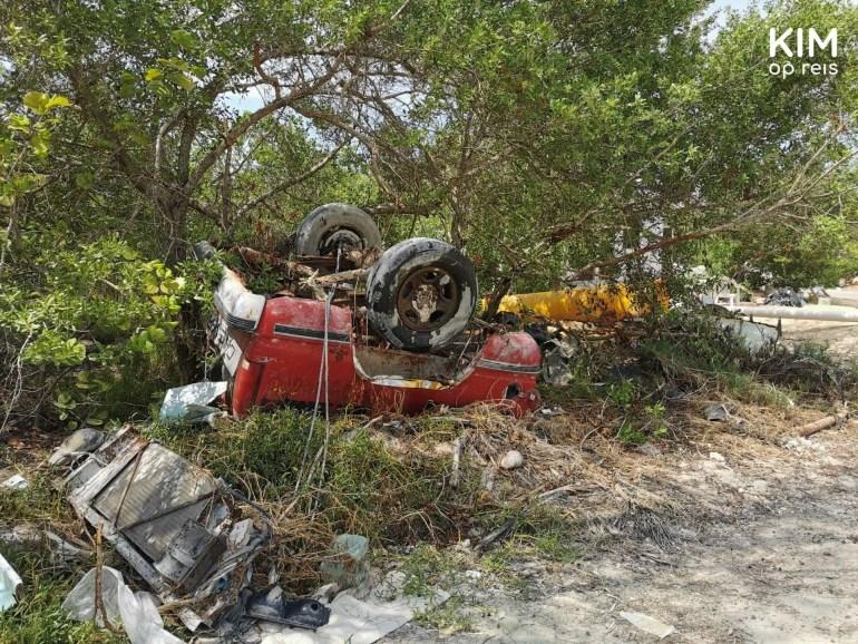 Isla Holbox autokerkhof: auto-onderdelen en autowrak liggen in een berm